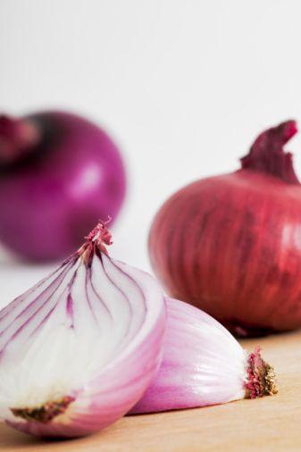 7- Soğan: Kansere karşı önemli bir koruma sağlayan antioksidan etkili quarcetin maddesi açısından en zengin besinlerden olan soğanın, enfeksiyonlardan koruma gücü de biliniyor. Kırmızı soğanda flavanol maddesi bulunur ve çiğ olarak tüketilmesi daha yararlıdır.